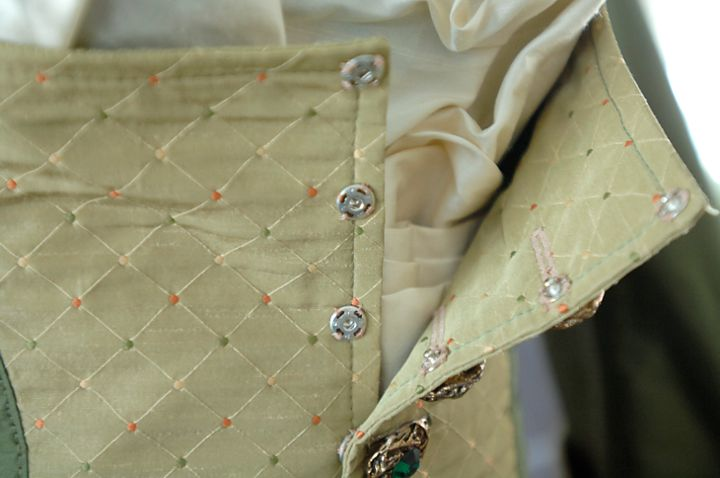 The secret snaps behind the buttons to keep the stomacher super flat.